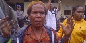 Mama Yosepha Alomang saat memberikan keterangan kepada wartawan di halaman Balai Polis Daerah Jayapura/Foto:Abeth Abraham Youth(Isnin-13/1/14)